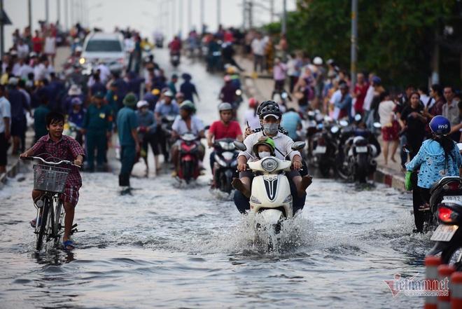 Hàng trăm người Sài Gòn oằn lưng gia cố bờ bao vỡ do triều cường - Ảnh 10.