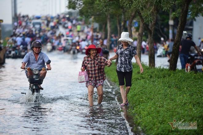 Hàng trăm người Sài Gòn oằn lưng gia cố bờ bao vỡ do triều cường - Ảnh 11.