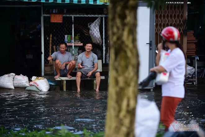 Hàng trăm người Sài Gòn oằn lưng gia cố bờ bao vỡ do triều cường - Ảnh 15.