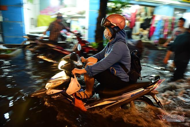 Hàng trăm người Sài Gòn oằn lưng gia cố bờ bao vỡ do triều cường - Ảnh 16.