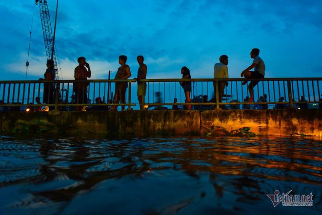 Hàng trăm người Sài Gòn oằn lưng gia cố bờ bao vỡ do triều cường - Ảnh 18.