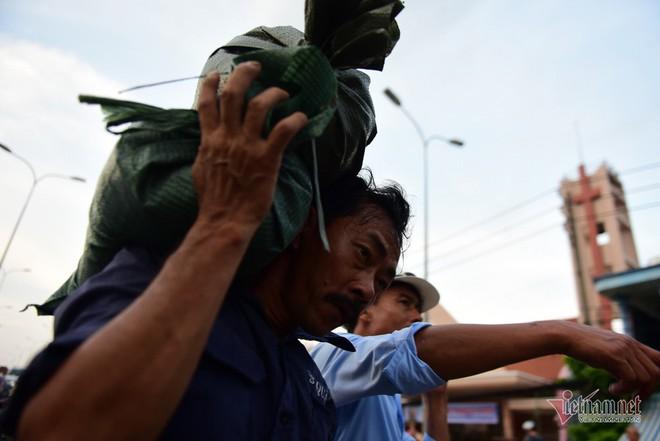 Hàng trăm người Sài Gòn oằn lưng gia cố bờ bao vỡ do triều cường - Ảnh 4.