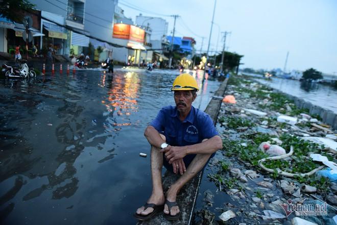 Hàng trăm người Sài Gòn oằn lưng gia cố bờ bao vỡ do triều cường - Ảnh 8.