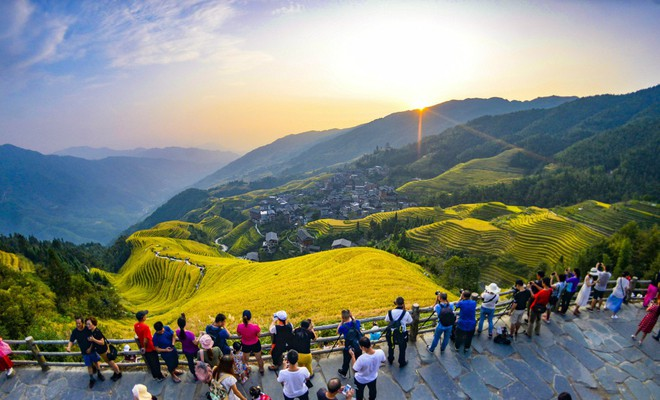 24h qua ảnh: Du khách chụp ảnh ruộng bậc thang vào vụ lúa chín ở Trung Quốc - ảnh 2