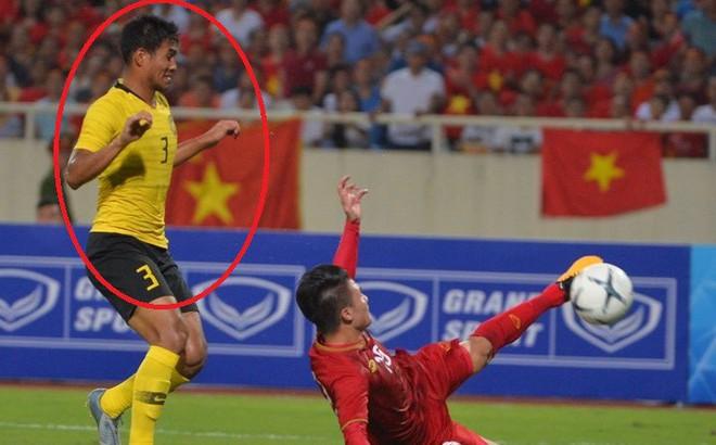 """Hậu vệ Malaysia bị chê cười với hình ảnh """"sợ đau"""" khi Quang Hải ghi bàn"""
