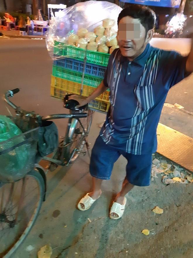 Người đàn ông bán bánh khắc khổ và câu nói xin lỗi trước tiệm thuốc khiến thanh niên ngại ngùng - ảnh 2
