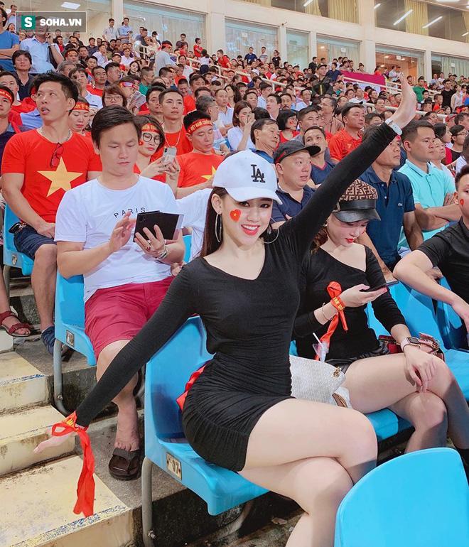 Cô gái xuất hiện nổi bật trên khán đài Mỹ Đình, hóa ra lại là gương mặt quen của fan bóng đá - ảnh 2