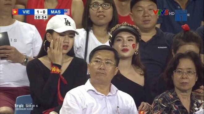 Cô gái xuất hiện nổi bật trên khán đài Mỹ Đình, hóa ra lại là gương mặt quen của fan bóng đá - ảnh 1