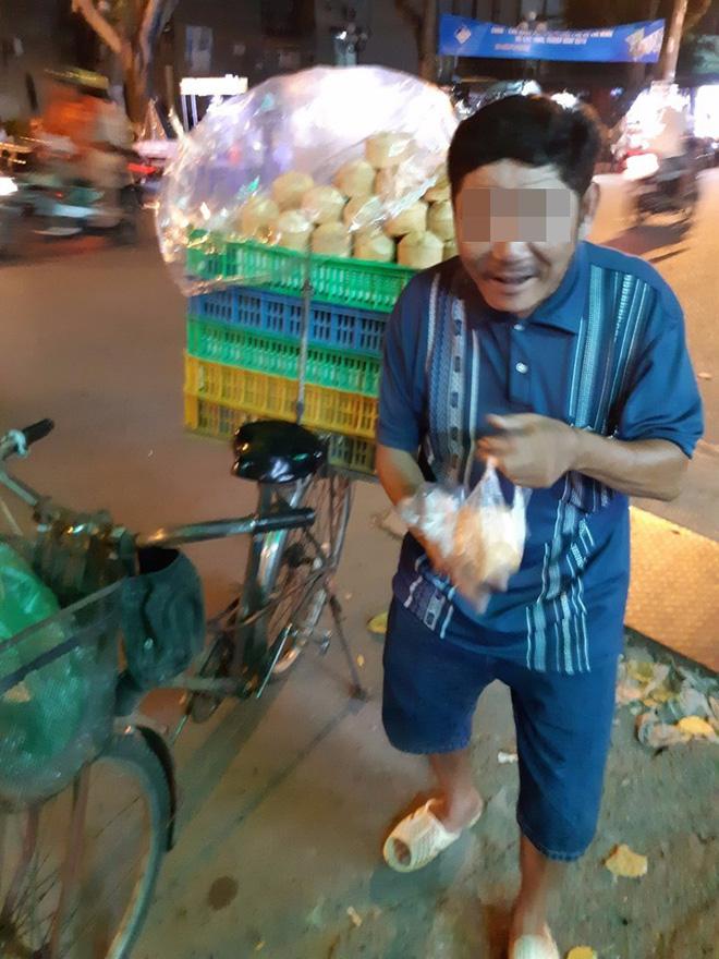Người đàn ông bán bánh khắc khổ và câu nói xin lỗi trước tiệm thuốc khiến thanh niên ngại ngùng - ảnh 1