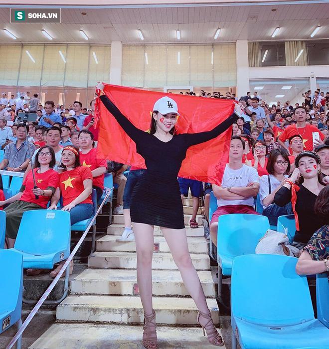 Cô gái xuất hiện nổi bật trên khán đài Mỹ Đình, hóa ra lại là gương mặt quen của fan bóng đá - ảnh 4