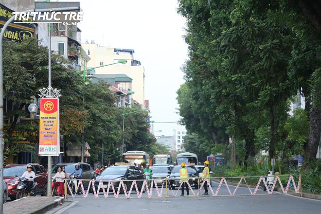 Hà Nội: Giao thông nhốn nháo, hỗn loạn vì rào chắn một chiều đường Kim Mã - Ảnh 1.