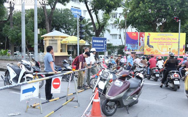 Hà Nội: Giao thông nhốn nháo, hỗn loạn vì rào chắn một chiều đường Kim Mã
