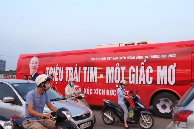 [ẢNH]: Cổ động viên Việt Nam đốt cháy Sân vận động Mỹ Đình trước giờ G - Ảnh 13.