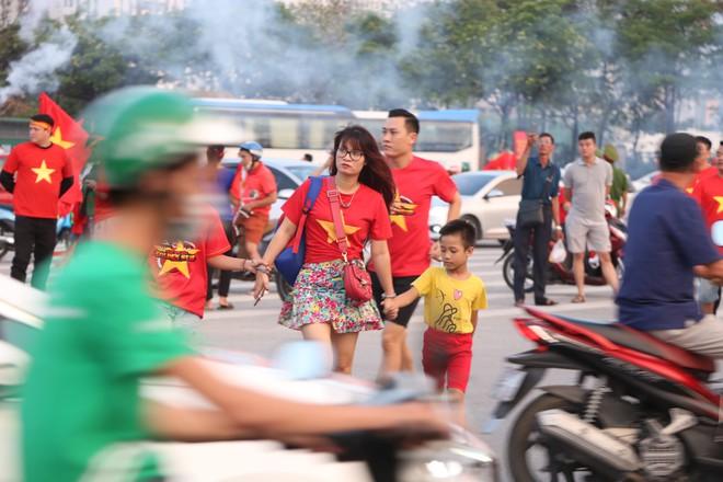 [ẢNH]: Cổ động viên Việt Nam đốt cháy Sân vận động Mỹ Đình trước giờ G - Ảnh 14.