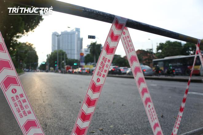 Hà Nội: Giao thông nhốn nháo, hỗn loạn vì rào chắn một chiều đường Kim Mã - Ảnh 2.