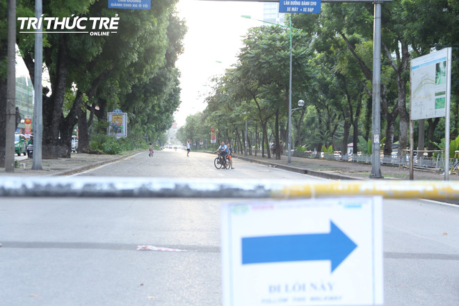 Hà Nội: Giao thông nhốn nháo, hỗn loạn vì rào chắn một chiều đường Kim Mã - Ảnh 3.