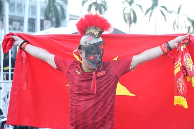 [ẢNH]: Cổ động viên Việt Nam đốt cháy Sân vận động Mỹ Đình trước giờ G - Ảnh 3.