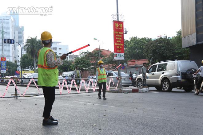 Hà Nội: Giao thông nhốn nháo, hỗn loạn vì rào chắn một chiều đường Kim Mã - Ảnh 4.