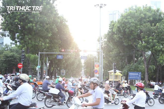 Hà Nội: Giao thông nhốn nháo, hỗn loạn vì rào chắn một chiều đường Kim Mã - Ảnh 5.