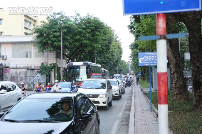 Hà Nội: Giao thông nhốn nháo, hỗn loạn vì rào chắn một chiều đường Kim Mã - Ảnh 6.