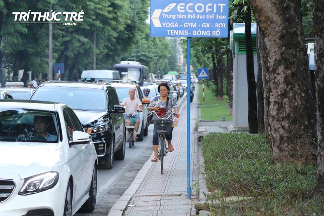 Hà Nội: Giao thông nhốn nháo, hỗn loạn vì rào chắn một chiều đường Kim Mã - Ảnh 7.