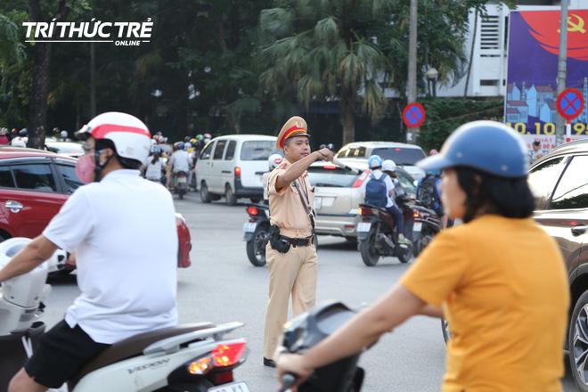 Hà Nội: Giao thông nhốn nháo, hỗn loạn vì rào chắn một chiều đường Kim Mã - Ảnh 9.