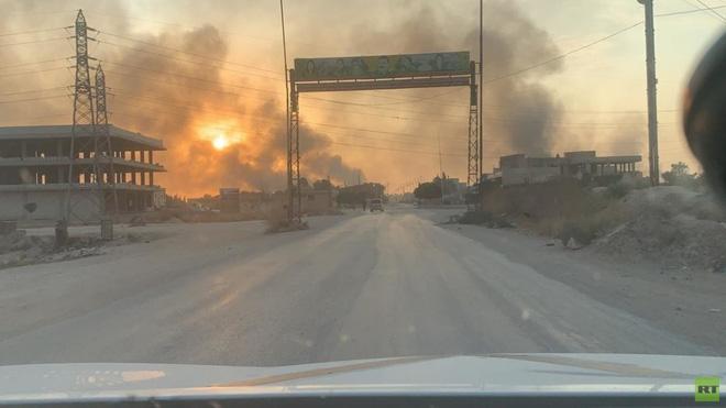 Chiến sự ở Syria: Dân dắt díu nhau đi sơ tán, căn cứ Mỹ bỏ hoang như sa mạc - ảnh 1