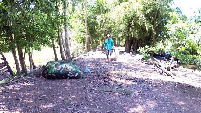 Độc đáo bè qua sông làm bằng vỏ chai thuốc bảo vệ thực vật - Ảnh 2.