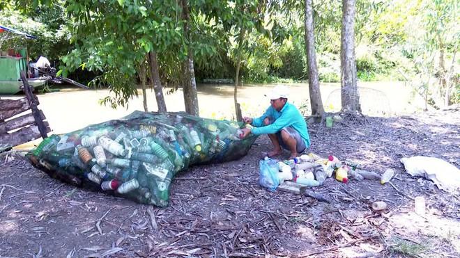 Độc đáo bè qua sông làm bằng vỏ chai thuốc bảo vệ thực vật - Ảnh 3.