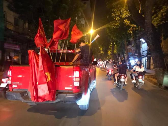 23h45 đường phố vẫn tắc nghẽn vì CĐV ăn mừng sau chiến thắng tuyển Việt Nam - Ảnh 4.