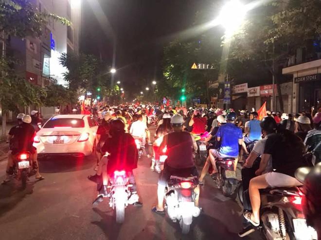 23h45 đường phố vẫn tắc nghẽn vì CĐV ăn mừng sau chiến thắng tuyển Việt Nam - Ảnh 5.