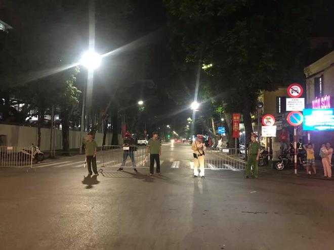 23h45 đường phố vẫn tắc nghẽn vì CĐV ăn mừng sau chiến thắng tuyển Việt Nam - Ảnh 11.