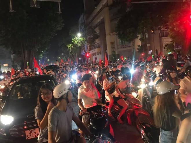 23h45 đường phố vẫn tắc nghẽn vì CĐV ăn mừng sau chiến thắng tuyển Việt Nam - Ảnh 6.