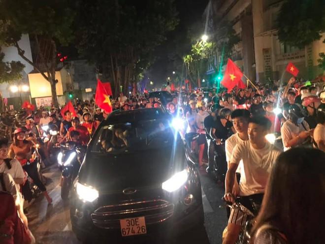 23h45 đường phố vẫn tắc nghẽn vì CĐV ăn mừng sau chiến thắng tuyển Việt Nam - Ảnh 7.