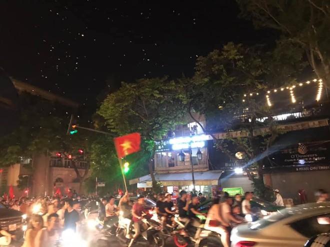23h45 đường phố vẫn tắc nghẽn vì CĐV ăn mừng sau chiến thắng tuyển Việt Nam - Ảnh 8.