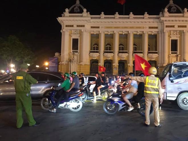 23h45 đường phố vẫn tắc nghẽn vì CĐV ăn mừng sau chiến thắng tuyển Việt Nam - Ảnh 10.