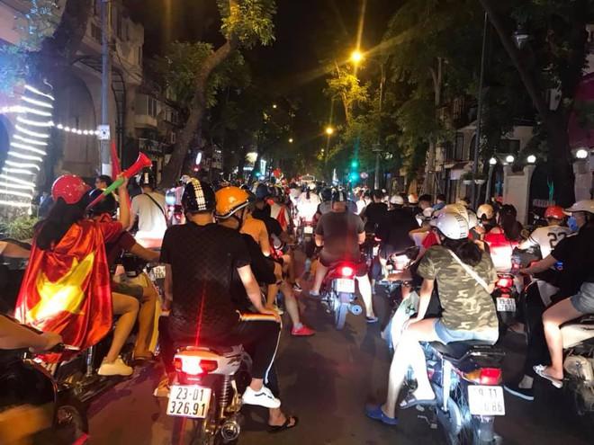 23h45 đường phố vẫn tắc nghẽn vì CĐV ăn mừng sau chiến thắng tuyển Việt Nam - Ảnh 3.