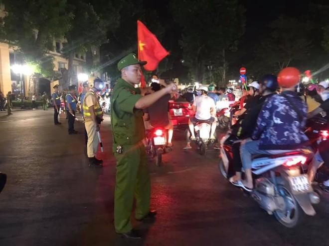 23h45 đường phố vẫn tắc nghẽn vì CĐV ăn mừng sau chiến thắng tuyển Việt Nam - Ảnh 9.