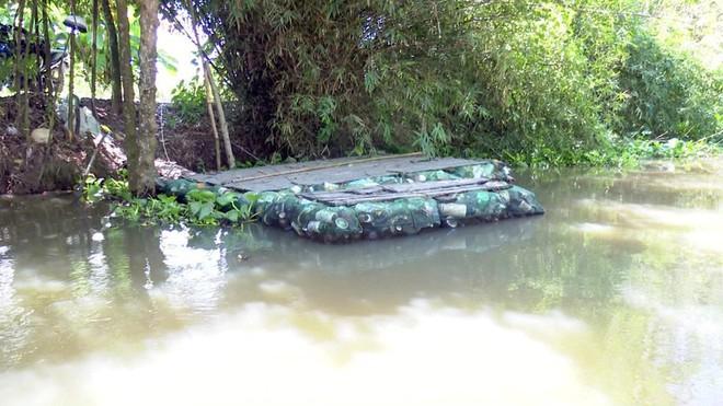 Độc đáo bè qua sông làm bằng vỏ chai thuốc bảo vệ thực vật - Ảnh 5.