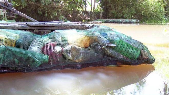 Độc đáo bè qua sông làm bằng vỏ chai thuốc bảo vệ thực vật - Ảnh 7.