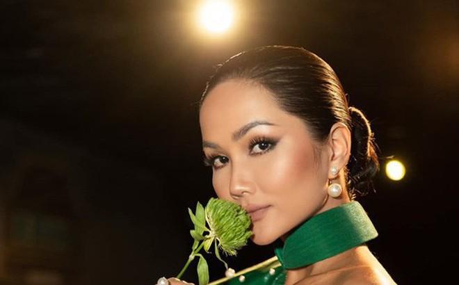 H'Hen Niê liên tục chia sẻ status tâm trạng giữa thời điểm về quê, ngừng đồng hành cùng Hoa hậu Hoàn vũ: Lại có biến gì?