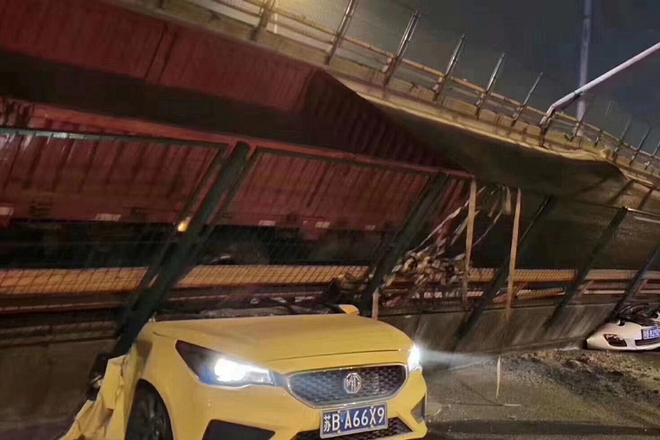Video: Hãi hùng cảnh cầu đi bộ đổ sập, nghiền nát hàng loạt ô tô - ảnh 1