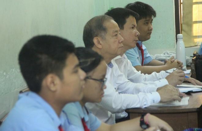 Chủ tịch tỉnh bất ngờ rủ giám đốc sở đến dự giờ một tiết học lớp 9 - Ảnh 1.