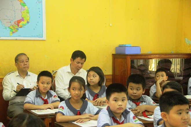 Chủ tịch tỉnh bất ngờ rủ giám đốc sở đến dự giờ một tiết học lớp 9 - Ảnh 2.