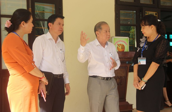 Chủ tịch tỉnh bất ngờ rủ giám đốc sở đến dự giờ một tiết học lớp 9 - Ảnh 6.