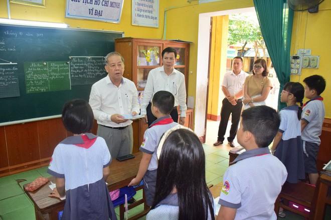 Chủ tịch tỉnh bất ngờ rủ giám đốc sở đến dự giờ một tiết học lớp 9 - Ảnh 7.