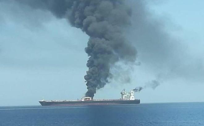 [NÓNG] Tàu chở dầu nổ lớn, bốc cháy ngoài khơi Ả Rập Saudi, Iran khẳng định trúng tên lửa, nghi khủng bố