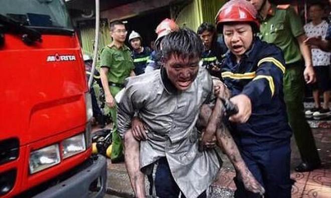 Chàng trai cõng lại chiến sĩ chữa cháy vì đã cứu mình thoát khỏi giặc lửa - Ảnh 1.