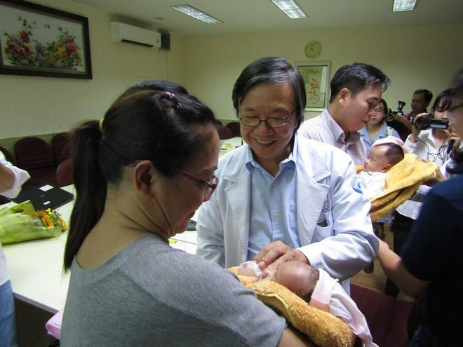 Rụng tim với 2 cô bé song sinh dính liền ngày xuất viện - Ảnh 5.