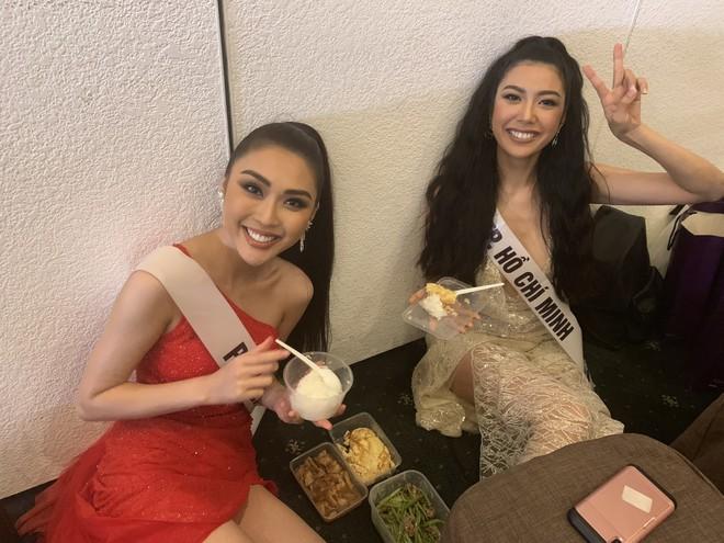 Tường Linh, Thúy Vân dính nhau như sam tại cuộc thi Hoa hậu Hoàn vũ - Ảnh 8.